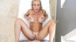Brandi Love baise le chauve à fond