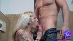 Pris dans la salle de bain en train de baiser du vrai porno