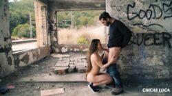 Sexe dans une maison abandonnée à Xnxx avec une jeune brune audacieuse