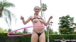 En jouant au Hula Hop de Xnxx elle excite beaucoup son voisin dans la piscine