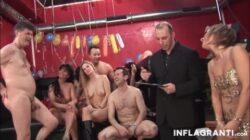 Ces milfs seront pris dans un concours de sexe en groupe