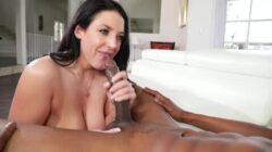 Angela White commandes d'un énorme coq noir
