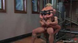 Sexe BDSM brutal pour une MILF blonde