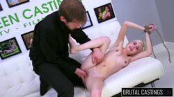 Blonde attacher et baiser sauvagement dans un casting